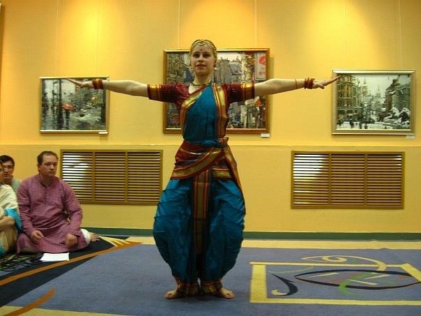 Запись на индийские танцы в студии Sanjivani